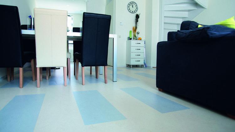 Kleurrijk linoleum in moderne woning marmoleum is er in veel