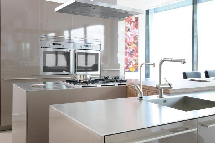 Moderne keuken met industriële uitstraling en rvs werkblad van ...