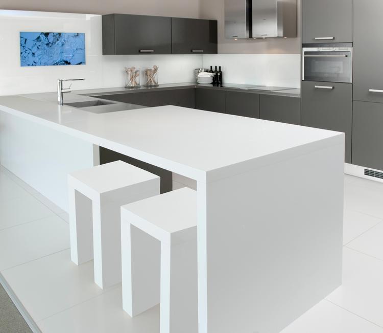 Luxe moderne keuken met laminaat werkblad van dekker. deze moderne ...