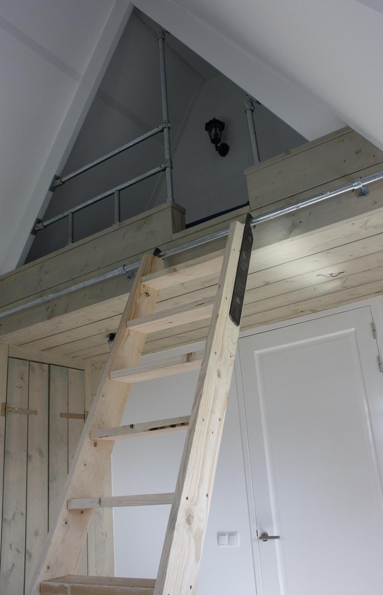 Steigerhouten Bed En Kast Op Zolderverdieping Foto