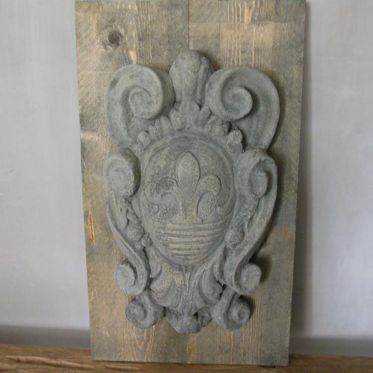 Stoer Houten Paneel Met Betonnen Ornament Gezien Bij