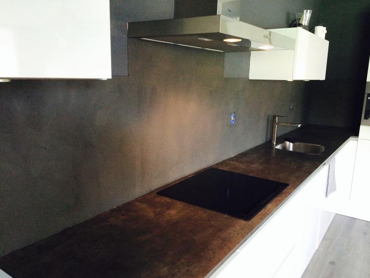 Beton Cire Showroom : Keuken blad en achterwand voorzien van beton cire door beton cire