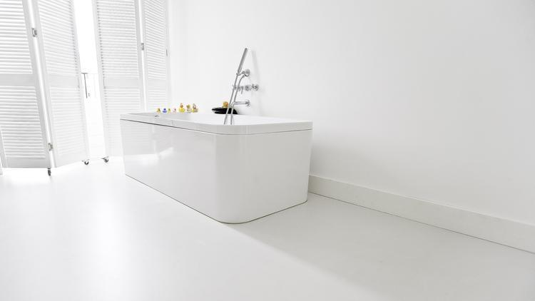 Badkamer Met Gietvloer : Naadloze gietvloer in de badkamer. een gietvloer is niet de