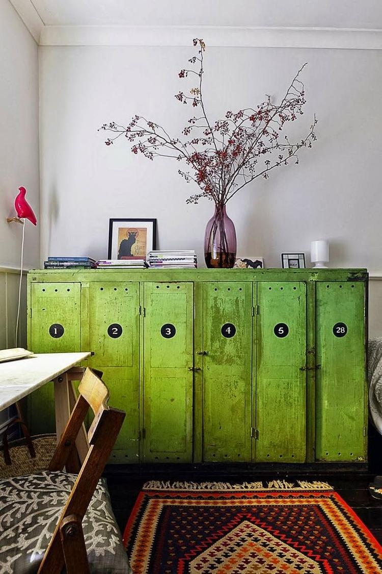 Vrolijke gekleurde industriële lockers - groen - woonkamer. Foto ...