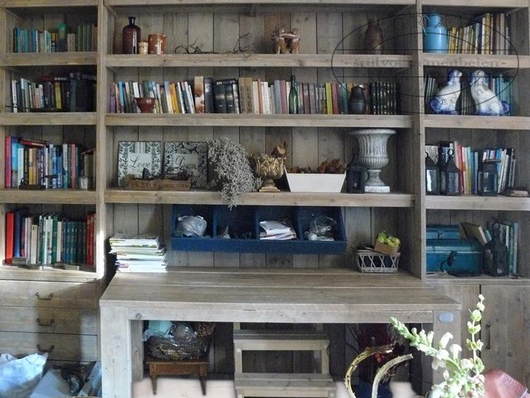 grote boekenkast van steigerhout voorzien van opstapje en een bankje