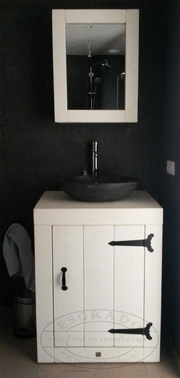 Wit toiletmeubel van steigerhout. Kan ook goed voor in de badkamer ...