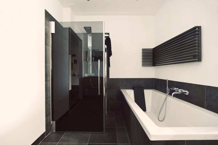 De Eerste Kamer) In deze strakke badkameropstelling staat een luxe ...