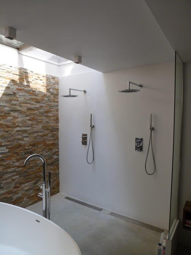 Badkamer in een souterrain met dubbele douche en wanden van ...