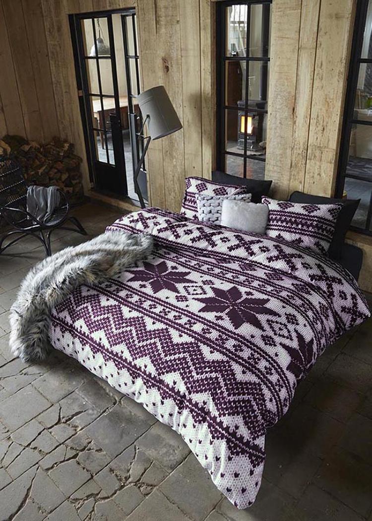 Een winterwarme slaapkamer, mooie noorse print. Gave houten muren ...
