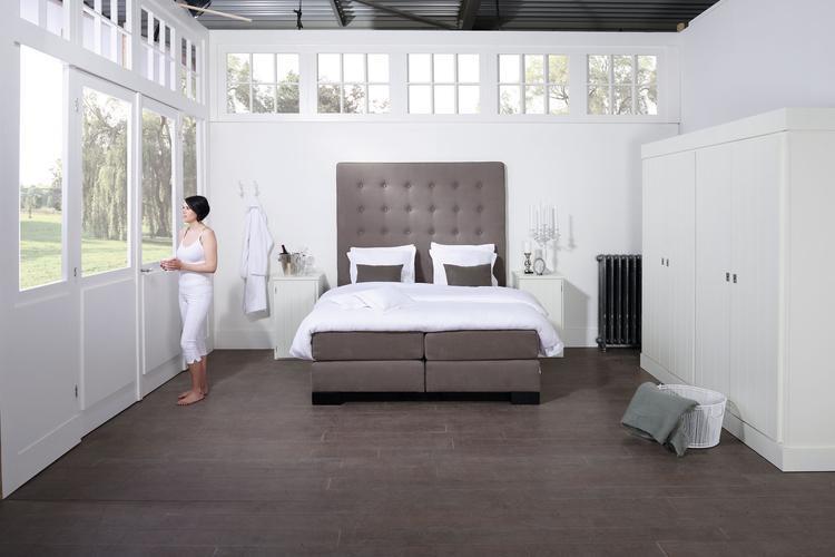 Slaapkamer ingericht met natuurlijke, rustige kleuren. Door mooie ...