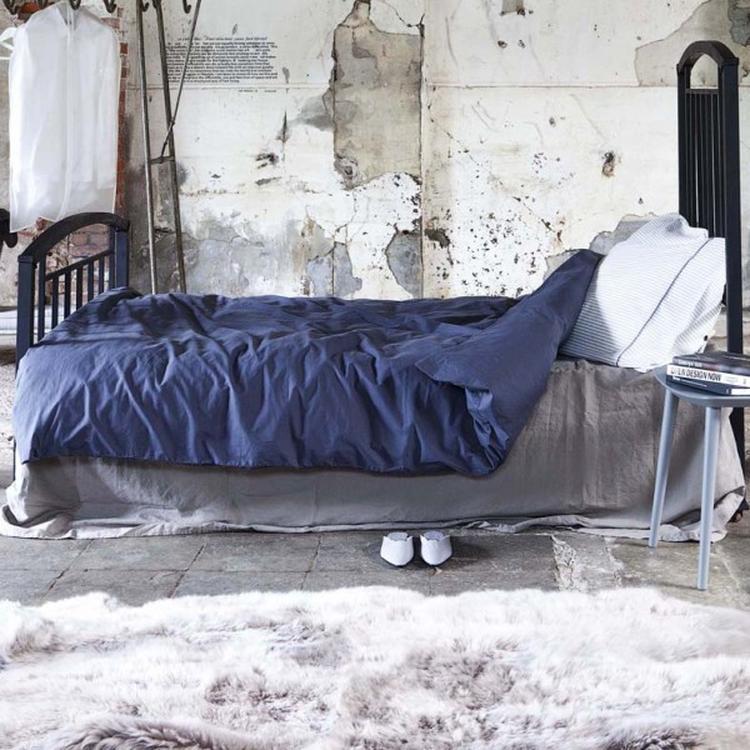 Industriële slaapkamer met stoer VT Momo Blauw dekbedovertrek.. Foto ...