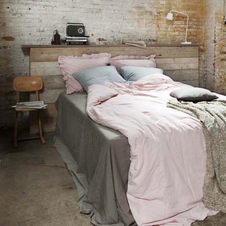 Stoere slaapkamer met bed van oud steigerhout of sloophout, met mooi ...