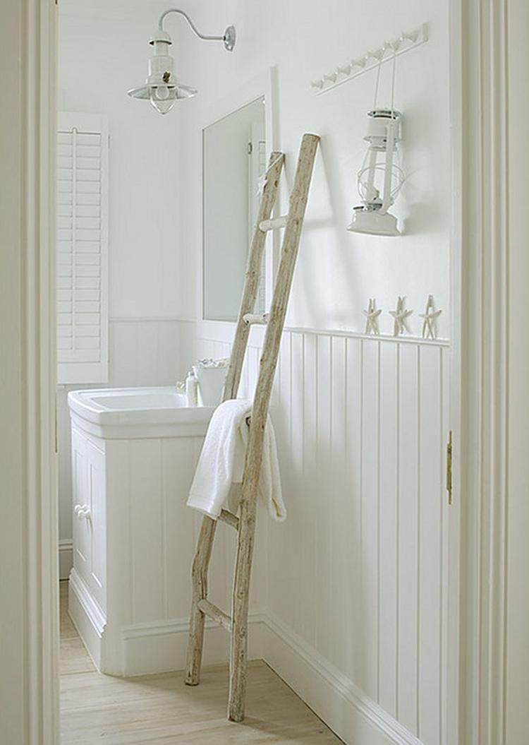 Witte houten badkamer met shutters en houten ladder als handdoekrek ...