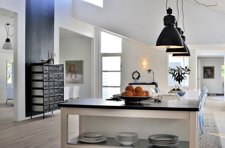 Zwarte hanglampen in een keuken, stoere stalen kast.. foto ...