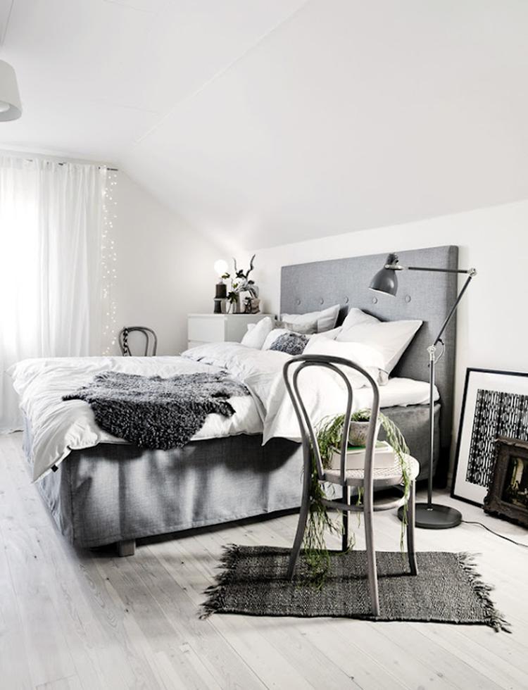 Scandinavische slaapkamer, grijs bed met hoofdbord, vloerlamp, stoel ...