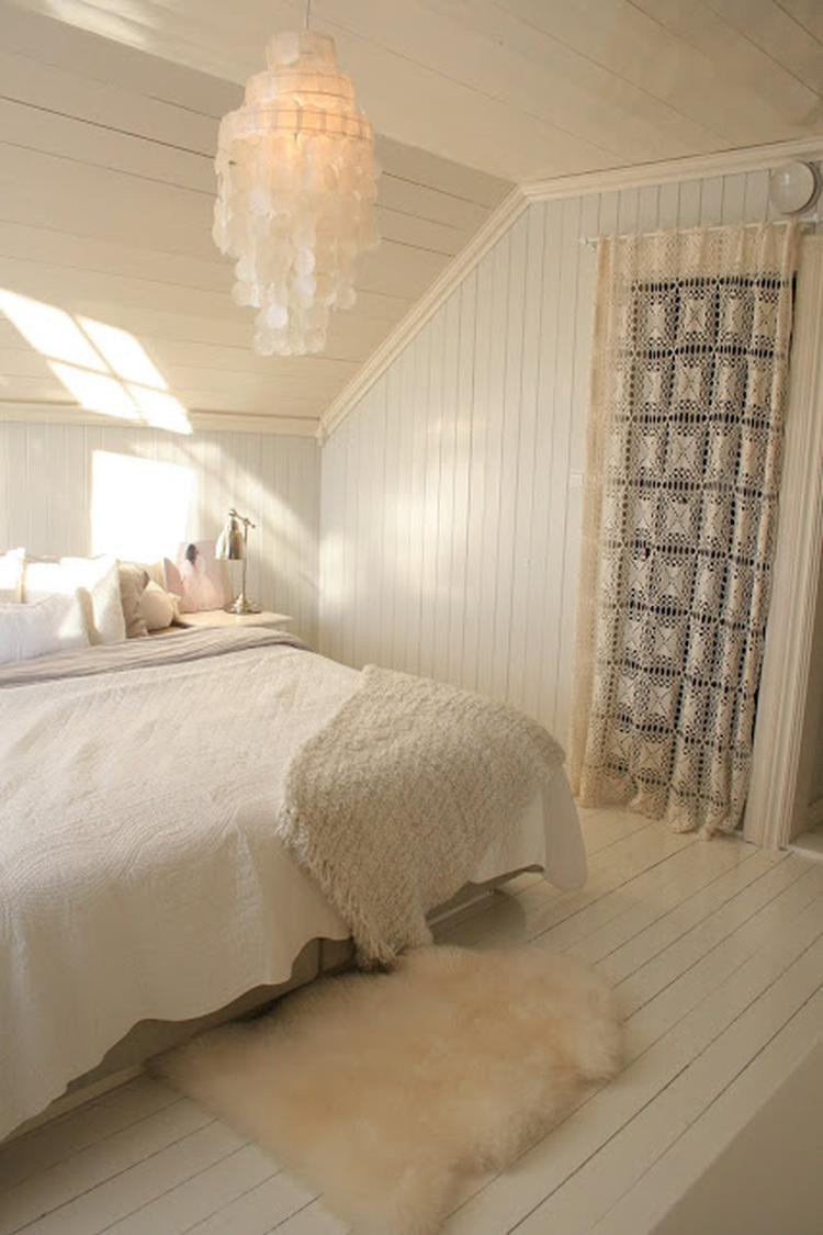 Scandinavische slaapkamer in warme wittinten en leuk kanten gordijn ...