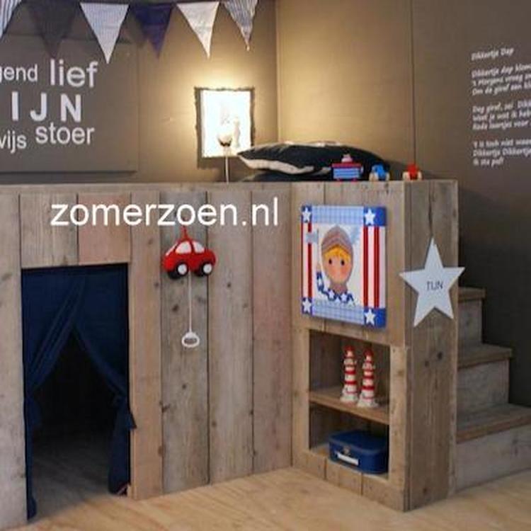 halfhoogslaper van steigerhout met boekenkast en stoere kinderkameraccessoires jongenskamer