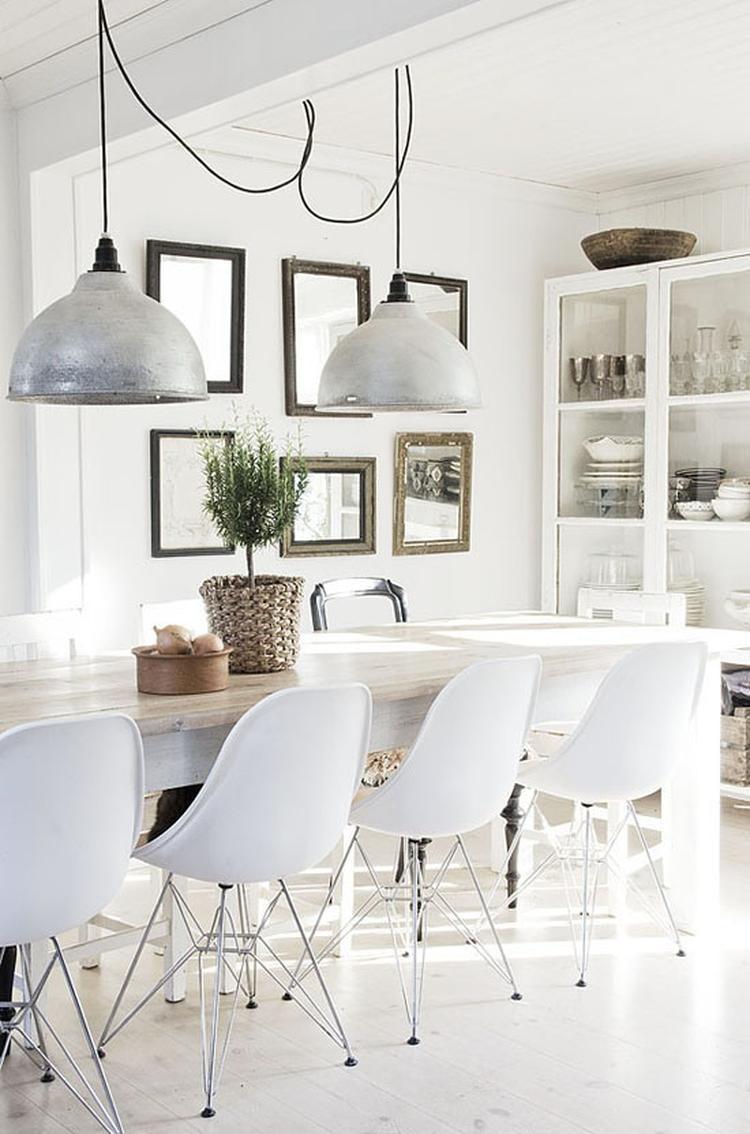 Moderne Witte Stoelen.Grote Eettafel Met Moderne Witte Stoelen En Stoere Lampen Erboven
