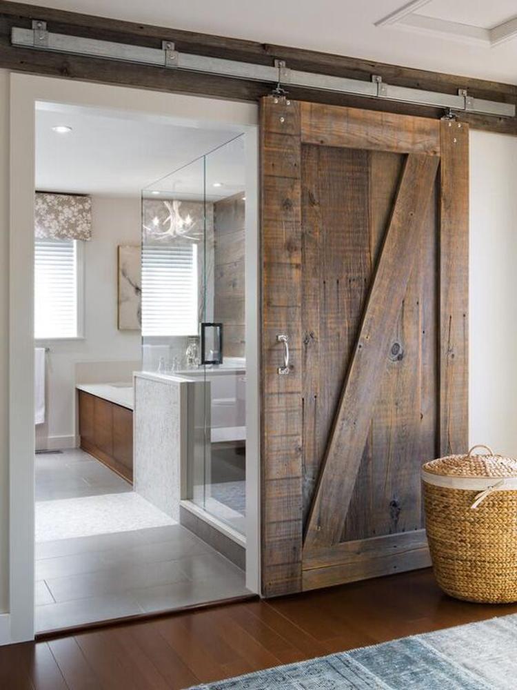 Stijlvolle badkamer met stoere schuifdeur van steigerhout en ...