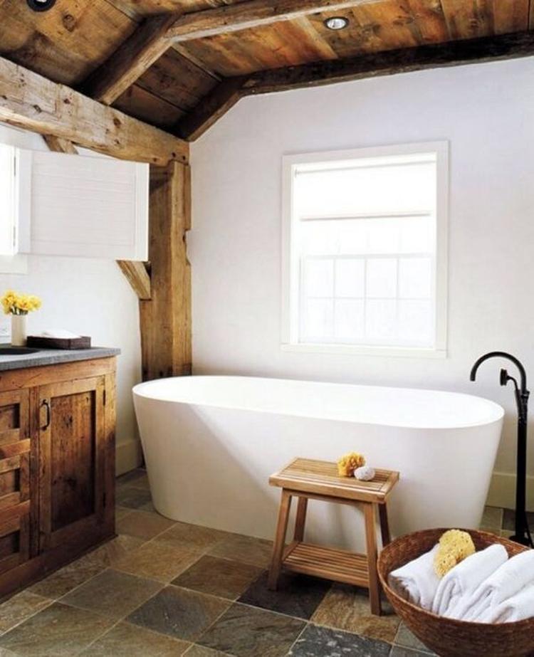 Landelijke badkamer met houten balken, houten badkamermeubel, wit ...