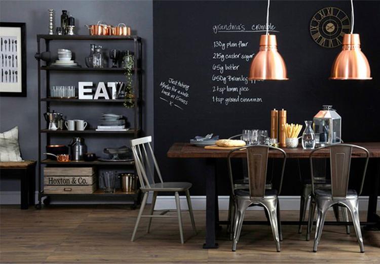 Stoere hanglampen in een prachtige eetkamer, de koperen lampen zijn ...