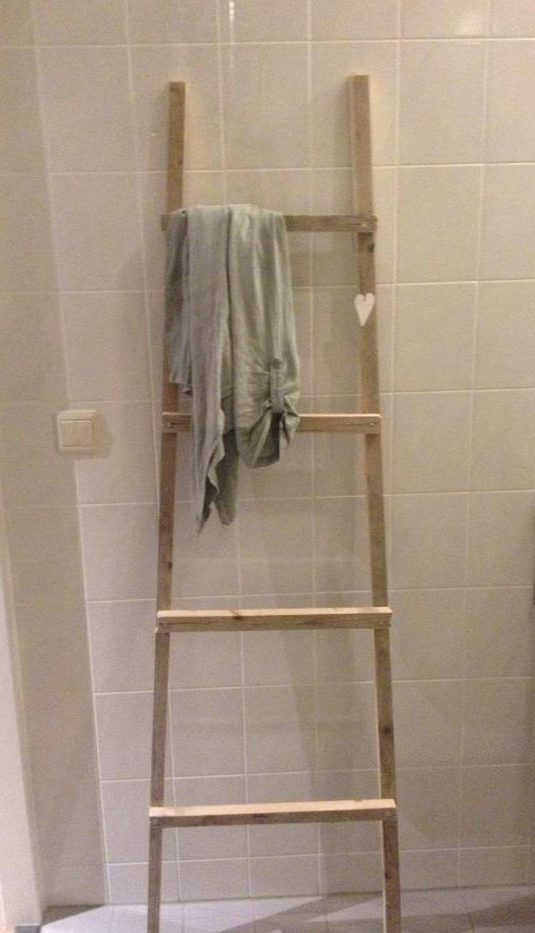 Ladder gemaakt van latjes, in de badkamer voor handdoeken.. Foto ...