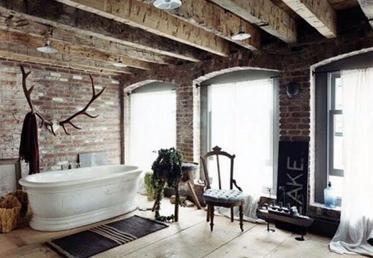 Een gewei in een landelijke badkamer kan een stijlvolle toevoeging