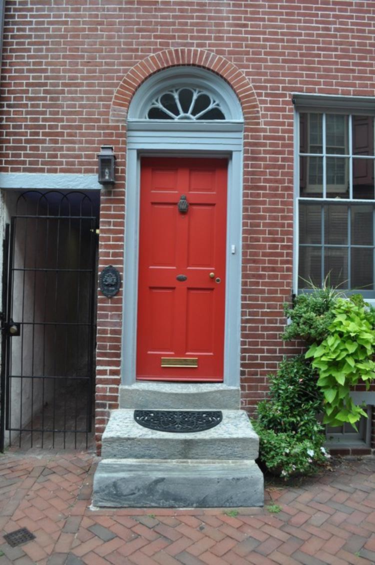 nieuwe rode deur met brievenbus mooie rode deur helemaal bij