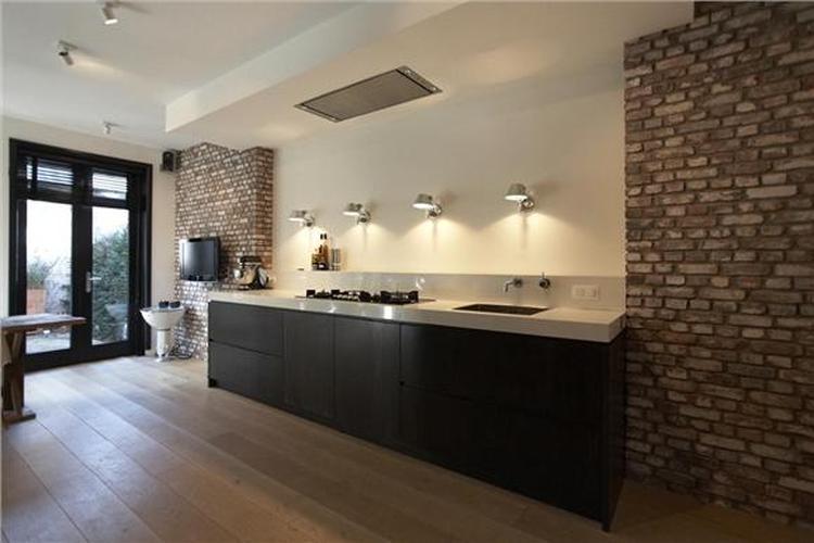 Keuken Bar Muur : Mooie contrast tussen strakke keuken en stenen muur foto