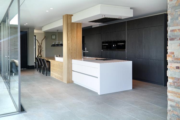 Moderne keuken met kookeiland foto geplaatst door
