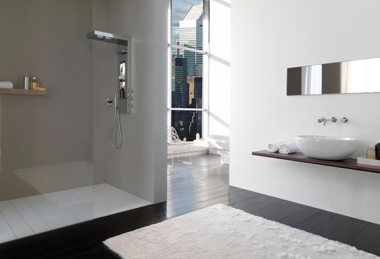 Inloopdouche Met Douchepaneel : Ruime badkamer met luxe inloopdouche. deze badkamer heeft een zeer