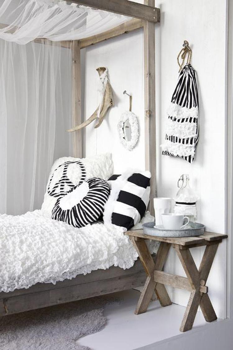 Slaapkamer met hemelbed in zwart/wit/naturel.. Foto geplaatst door ...