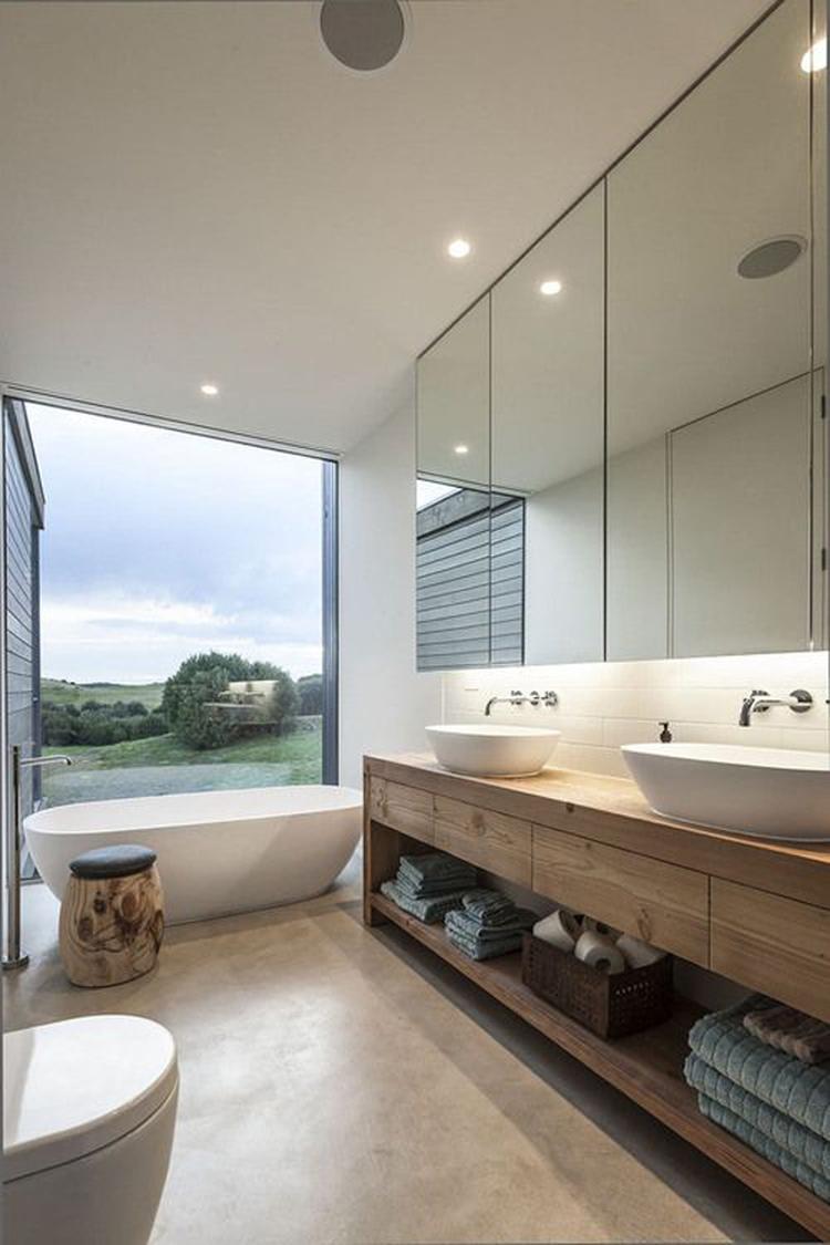 Badkamer met mooie houten badmeubels en een prachtig uitzicht.. Foto ...