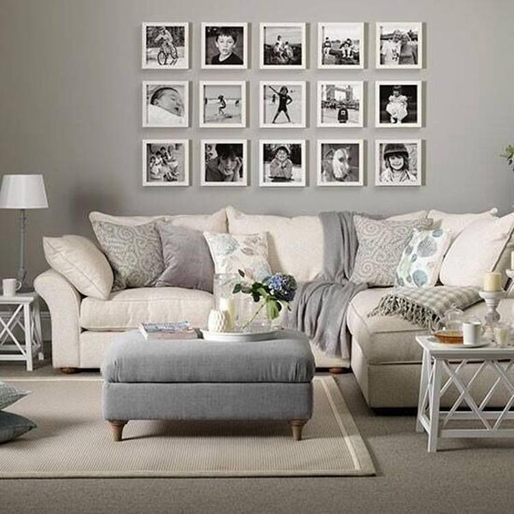 Mooie witte lijsten aan de muur, met zwart-wit foto\'s. Een fotomuur ...