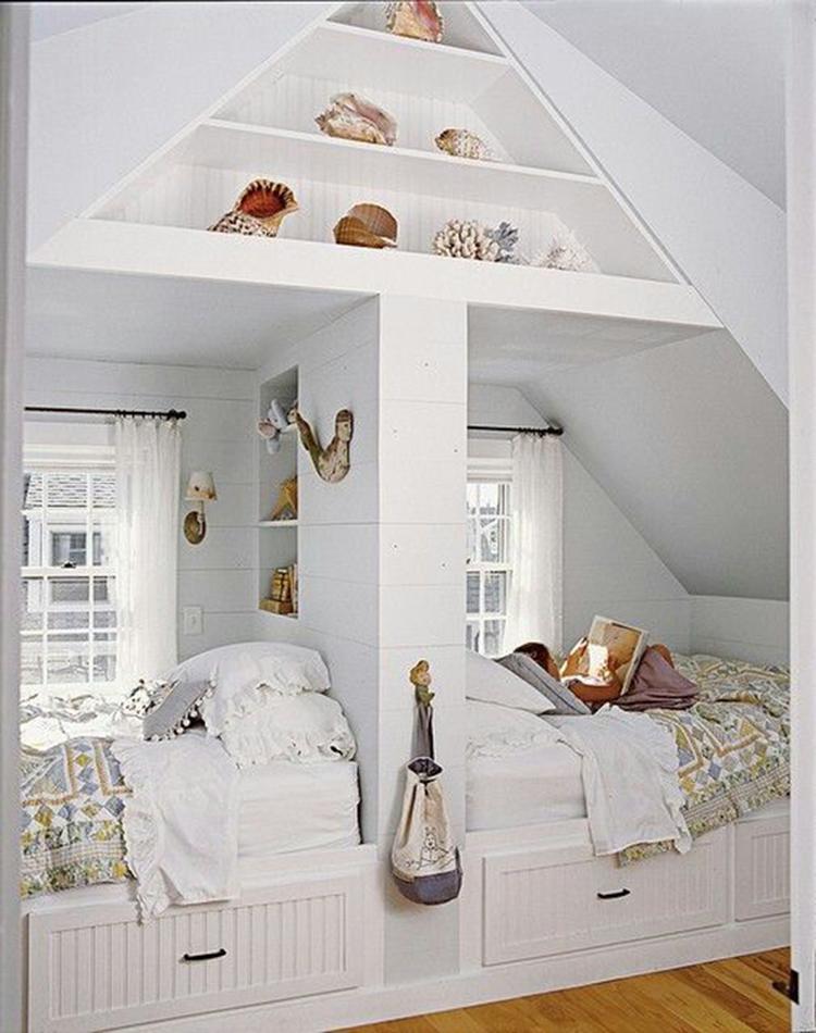 mooie slaapkamer op zolder met zelfgemaakte bedden romantische