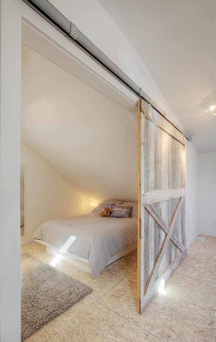 Mooie landelijke slaapkamer in een afgescheiden deel van de zolder ...