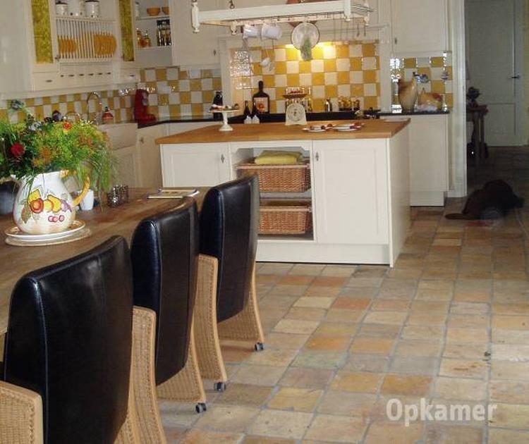 Terracotta plavuizen in een landelijke keuken. . foto geplaatst ...