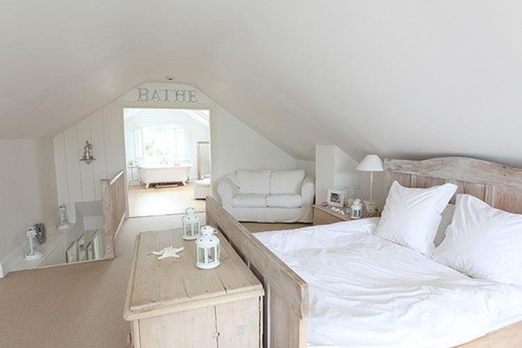 Ruime lichte slaapkamer met doorgang naar badkamer . Foto geplaatst ...