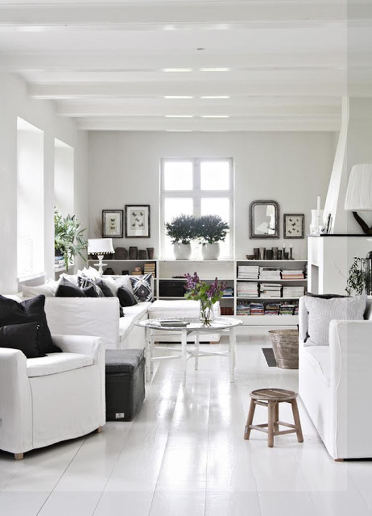 Witte woonkamer met mooie accessoires (TineK). Foto geplaatst door ...
