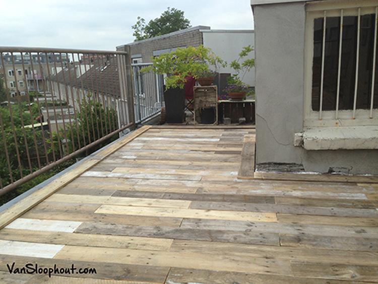 Vloer van sloophout op een dakterras geeft een echte robuuste en