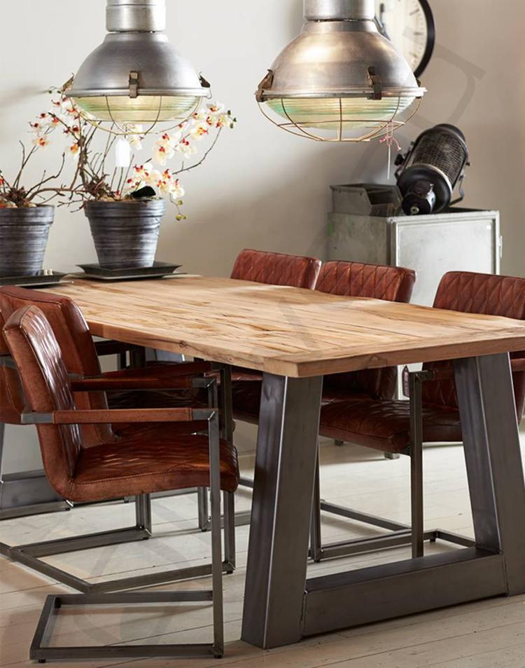 Stoere Tafel En Stoelen.Mooie Houten Eettafel Met Metalen Onderstel Een Prachtige Eethoek