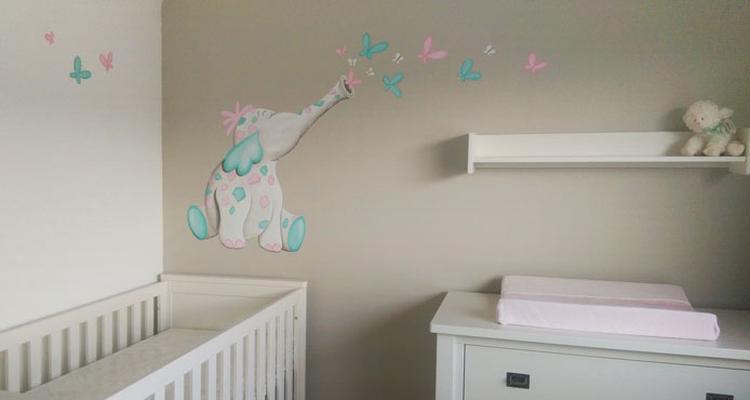 Vlinder Decoratie Babykamer.Wandschildering Van Een Olifantje Dat Vlinders Uitblaast Voor In De