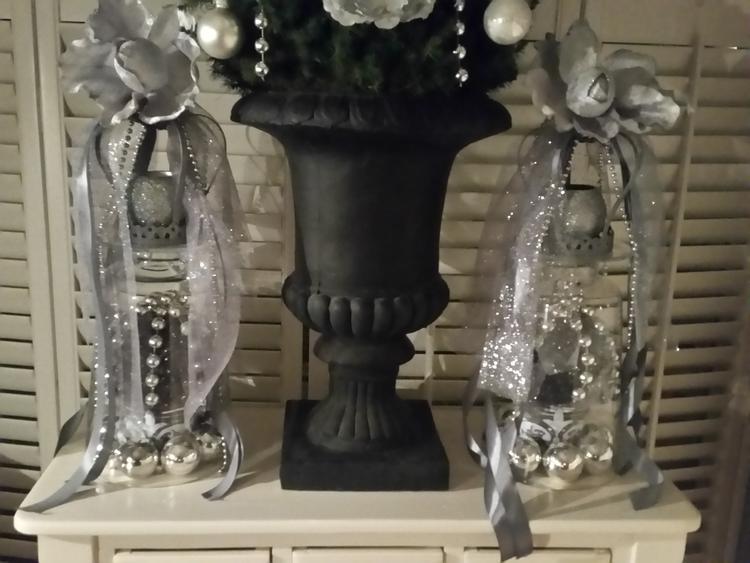Grote vaas op de kop,kroontje erop met grote kerstbal .. Foto ...