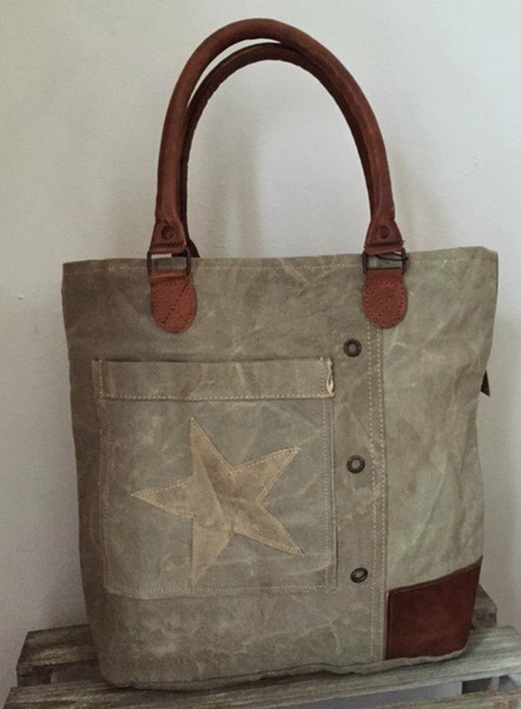 34a7b4b544d Stoere schoudertas met ster met lederen hengsels model mini tas heeft op  voorkant zakje met daarop ...