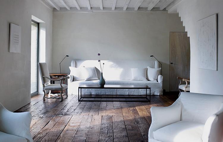 Huis Donker Hout : Donkere vloer witte meubels