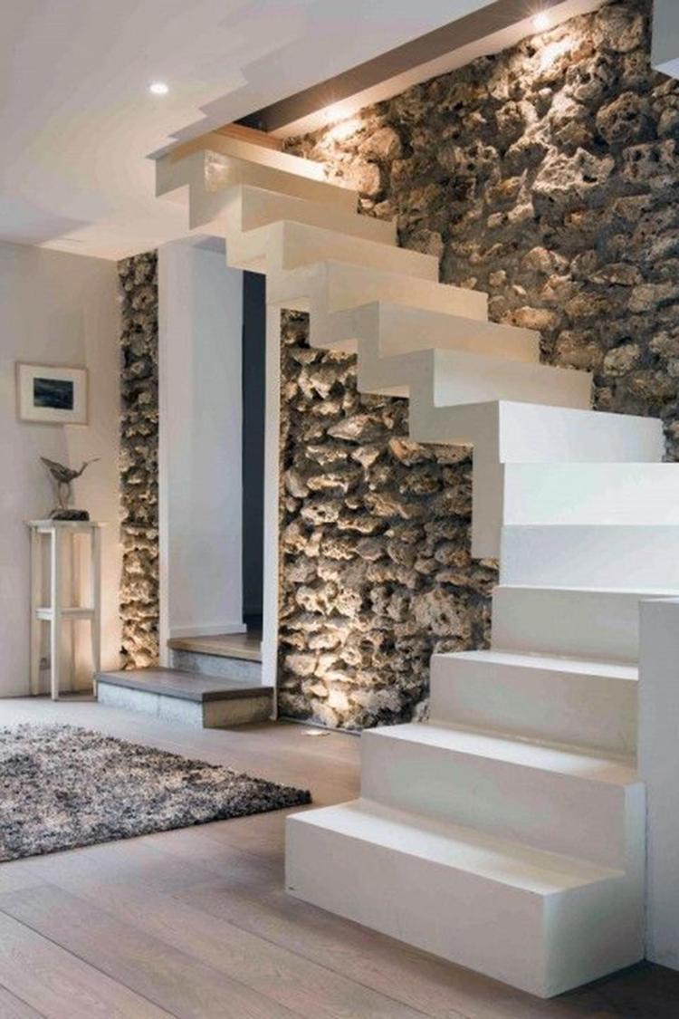 Moderne witte trap met moderne uitstraling in een landelijk ...