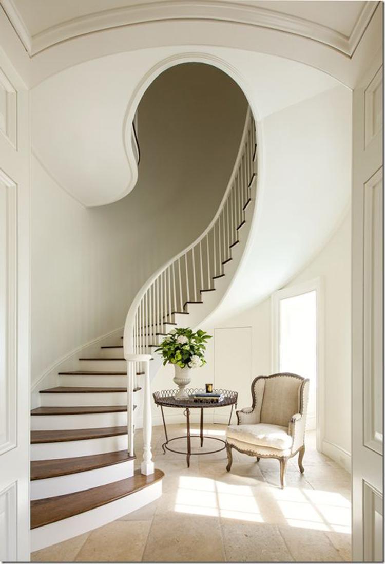 Mooie landelijke ronde trap met houten treden en witte stootborden ...
