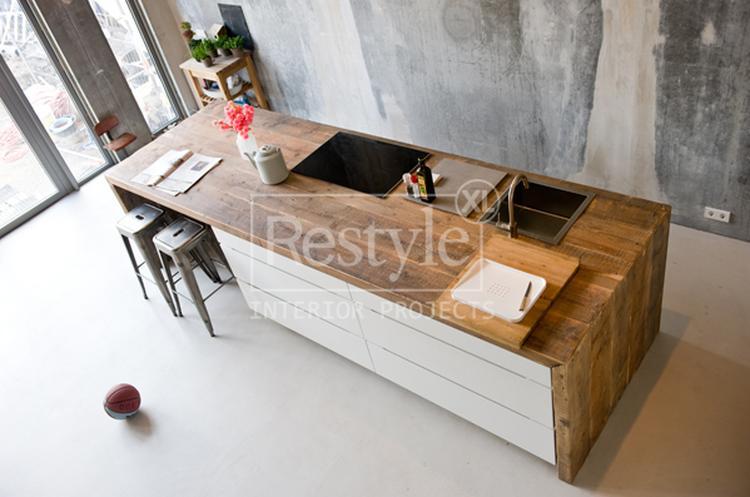 Wit Stoere Keuken : Witte keuken met houten blad op betonvloer foto geplaatst door
