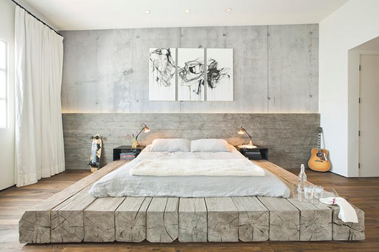 Stijlvolle slaapkamer met heel bijzonder bed. Het matras ligt op een ...