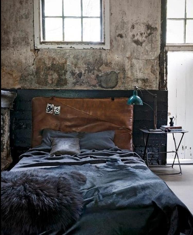Stoere industriële slaapkamer met hele oude uitstraling. De oude ...